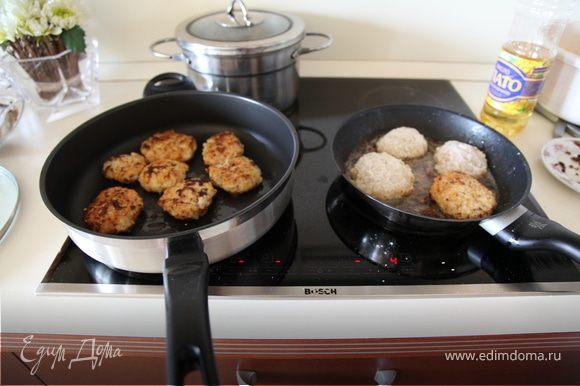 Жарить с двух сторон до образования корочки, затем переложить в чистую сковороду,добавить немного масла,и сметаны,залить небольшим кол-м воды и тушить на медленном огне 10-15 мин.