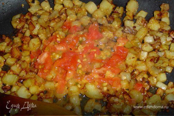 Очистите баклажан и нарежьте его мелкими кубиками, измельчите лук и сердцевину помидоров. Обжарьте все ингредиенты на растительном масле, посолите и добавьте специи по вкусу.