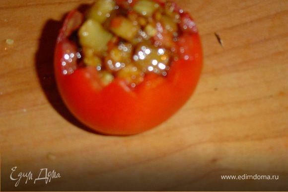 Помидоры заполните начинкой из жаренных овощей.