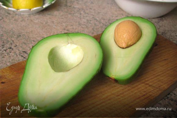 Авокадо очистить при помощи ложки, грушу почистить от кожуры, нарезать крупными кусками