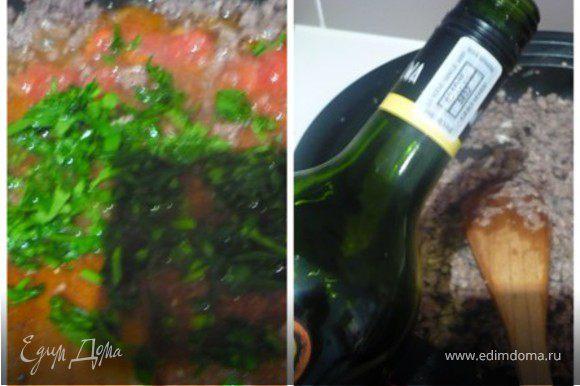 Добавить томаты, томатную пасту, петрушку и ок. 200 мл. воды (я добавляю полбанки из под томатов). Посолить и поперчить. Тушить на меленьком огне под крышкой около 1 часа. Последние 10 минут тушить без крышки. Фарш для мусаки должен быть достаточно сухим. Не беспокойтесь, в итоге мусака будет очень сочной! Обещаю :)))