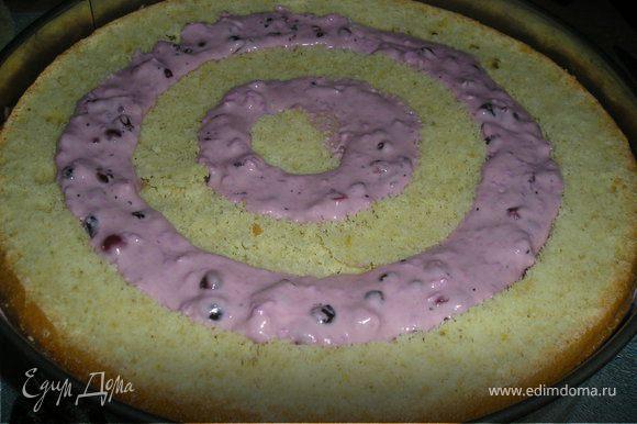 В разъемную форму выложить целую половинку бисквита. На нее выложить кольца одного из разрезанных бискитов через одно. Образовавшиеся пустоты заполнить кремом.