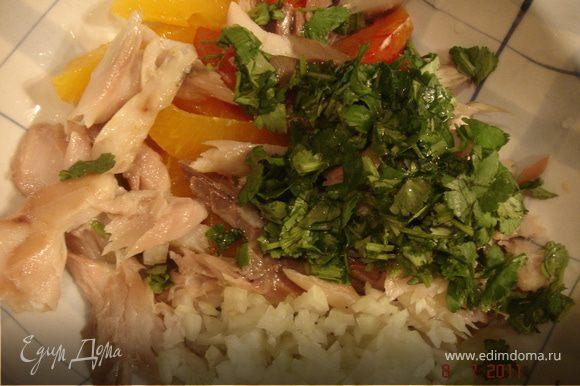 Смешать майонез,йогурт и сок лимона в салатнике.Добавить апельсины,рыбу,лук и кинзу.Посолить,поперчить по вкусу. Выбрать салатные листья ввиде тарелочек.Выложить в них салат и украсить хрустящим миндалем. Приятного аппетита!