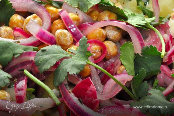 Картофель очистить, нарезать крупными кубиками и отварить. Главное не дать картофелю перевариться, после чего слить воду и выложить его в глубокий салатник. Пока картофель горячий приправить его солью и перцем, хорошим оливковым маслом и соком половины лимона. Добавить в него нарубленную кинзу и корнишоны. Хорошенько перемешать и оставить напитаться.