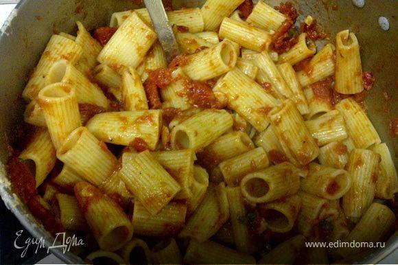 Добавляем макароны в получившийся соус и готовим на маленьком огне что бы они смогли пропитаться достаточно соусом,минуты 2