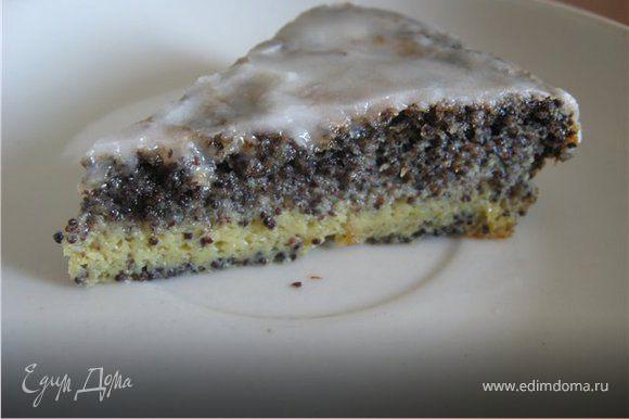 Смажьте размешанной до гладкости глазурью теплый торт. Приятного аппетита!