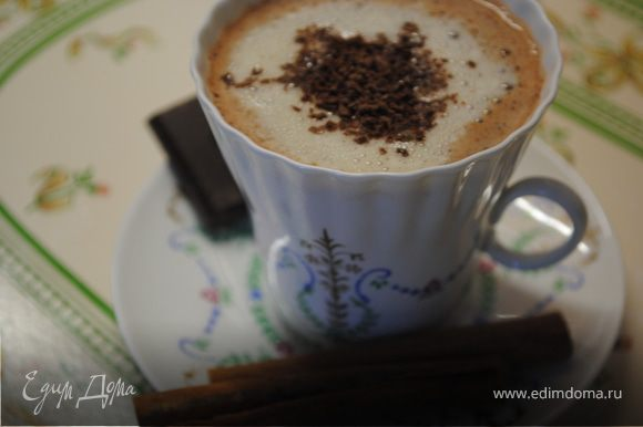 Разлить Шоколадное молоко по чашкам. Добавить взбитый желток и сверху посыпать тертым шоколадом. Готово!=)