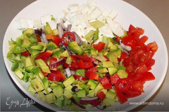 Овощи и брынзу порезать кубиками.Салат(самую нижнюю и сочную часть листиков)порвать на маленькие кусочки.