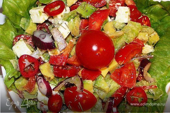 Выложить в миску выстланную салатом.Украсить помидорками,колечками перчика.Приятного аппетита:))