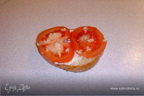 """поджаренный бутерброд смазываем (не сильно) сливочным маслом, с помидора снимаем кожицу (делаем на помидоре надрез и заливаем его кипятком на 2-3- мин, он сам из """"одёжки"""" выпрыгнет!) режем и выкладываем на масло. Солим и выдавливаем чеснок (тут уж на любителя)."""