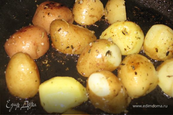 Пока наша рыбка запекается, готовим салатик, начнем с картофеля: отварим его и обжарим в смеси оливкового масла с чесночком и розмарином