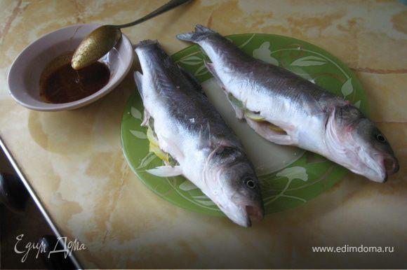 Выпотрошим нашу рыбку, натрем солью, нарежем колечками поллимона и заложим внутрь рыбки вместе с лавровыми листочками. Смешаем оливковое масло и паприку.