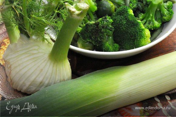Теперь приготовим зеленый суп-пюре. Для этого возьмем только зеленые овощи. Можно взять как свежие, так и мороженые овощи. Брокколи, брюссельская капуста, зеленая фасоль, фенхель, парей и шпинат – вот основа нашего весеннего супа! Капусту, фасоль и фенхель бланшируем 3-4 минуты в кипящей воде. Откинем на дуршлаг и ополоснем холодной водой. Теперь нарежем овощи на более мелкие куски, также нашинкуем кольцами парей и подготовим шпинат.