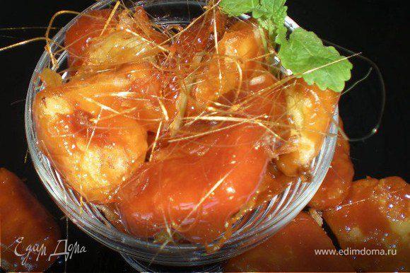 Я обмакивала ананасы в карамели по одному. Подавать ананасы в карамели в креманках или в блюдцах,украсив листиками мяты.