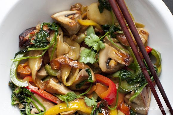 Добавить сначала морковь, через 2 минуты — кабачок, еще через 2 минуты — сладкий перец, через 2 минуты — грибы, через 2 минуты — сельдерей и шпинат.