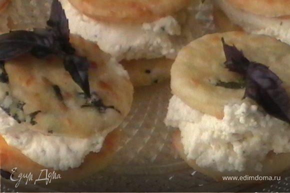 Отличная идея для фуршетного стола. Намажьте печеньки сливочным сыром или паштетом.