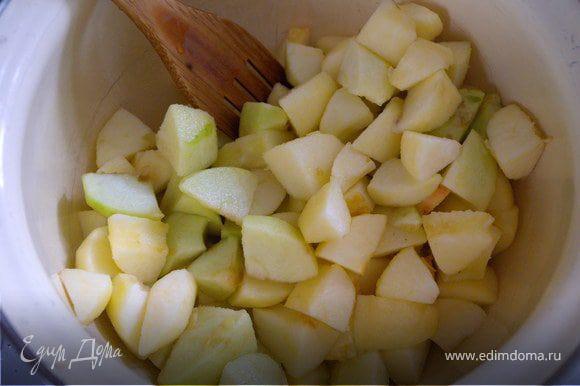 Пока пекутся корзинки - готовим начинку. Почистим яблоки (среднего размера - 8 шт) и порежем из на кубики (я резала сначала на 8 долек а потом каждую на пополам поперек)...