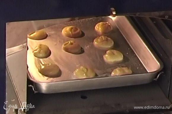 Выпекать 20−25 минут, не открывая духовки, затем уменьшить температуру до 160°С и оставить в духовке еще на 15 минут.