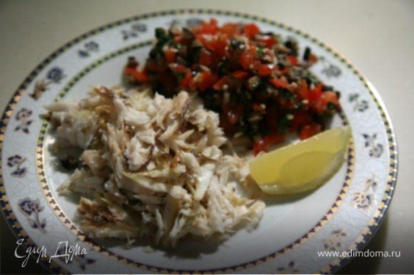 Когда рыба приготовится,постукивая ложкой,осободить сибаса от соли,снять кожицу и достать кости.На тарелку выложить кусочки рыбы,овощной соус и дольку лимона.Приятного аппетита!