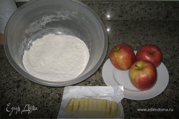 Нагреть духовку до 200С. Противень смазать маслом и присыпать мукой. В просеянную муку добавляем соль. Масло нарезать на маленькие кусочки и растереть с мукой в крошку. Добавить сахар. Яблоки очистить. Половину яблок натереть, другую половину мелко порезать.Смешать с мукой.Постепенно добавить молоко и замесить мягкое тесто Выложить тесто на подпыленную мукой доску. Вымешивать в течении пары минут, раскатать и вырезать сконы. смазать молоком и присыпать сахаром и выпекать 20 минут при температуре 200 градусов.Сконы получаются не очень сладкие. Вкусно с сыром Чеддер и вареньем. Приятного аппетита!!!