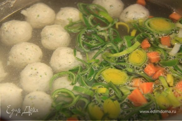 5. В готовый бульон добавляем фрикадельки, порей и морковь. Добавляем специи по вкусу. Варим всего 4-5 минут.