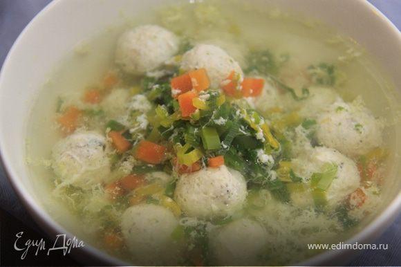 В самом конце готовки, взбейте немного оставшийся белок и вливайте его в готовый бульон, помешивая венчиком, получатся яичные хлопья и добавляем ещё чайную ложку оливкового масла. Украшаем зеленью.