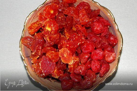 На дно выкладываем ягоды(вишню и измельчённый кизил)
