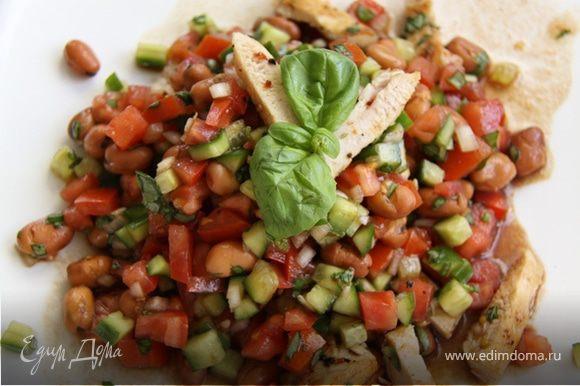 5. Готовое филе режем на небольшие кусочки, смешиваем с овощами и подаём на стол!