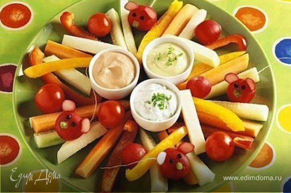 болгарский перец, помидоры-черри, морковка, редиска, соусы для обмакивания (сметана, сырный соус, йогурт), зелень