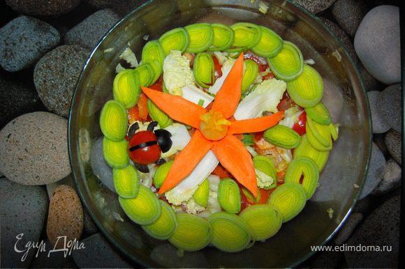 Во втором варианте обычный овощной салат украшен луком порей, помидором черри с маслиной и морковкой с серединкой обычной луковицы, вымоченной в куркуме для цвета.