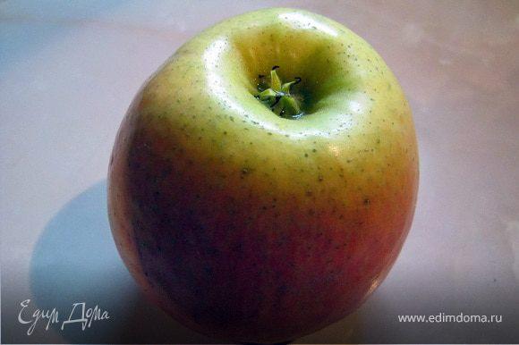 Яблоко вымыть, вырезать сердцевинку, потереть на крупной терке.