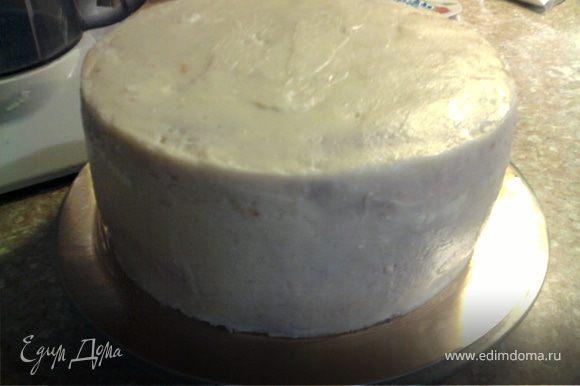 Если вы хотите тортик украсить мастикой, его предварительно нужно покрыть основой, например вот таким масляным кремом.