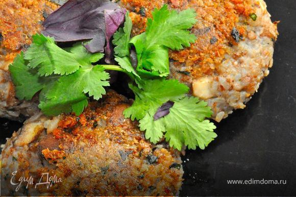 Далее перемешиваем все хорошенько в глубокой посуде, добавим горсть хлебных крошек и чуть-чуть теплой воды. Еще раз перемешиваем и лепим биточки. Теперь обваляем их в сухарях и поджарим на сковородке с двух сторон до румяной корочки. Подаем со свежей зеленью, овощным салатом, с любимыми соусами или можно приготовить подливку из сухих грибов, хотя поверьте, они и так хороши!