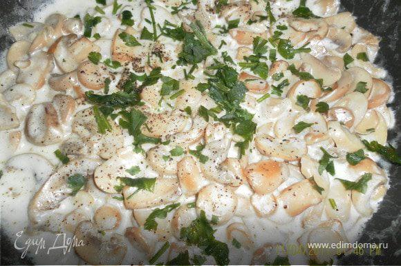 теперь грибная: обжарить грибы с луком, до золотистого цвета посолить поперчить и влить немного сметаны или сливок,томить еще минуты 3,посыпать зеленью