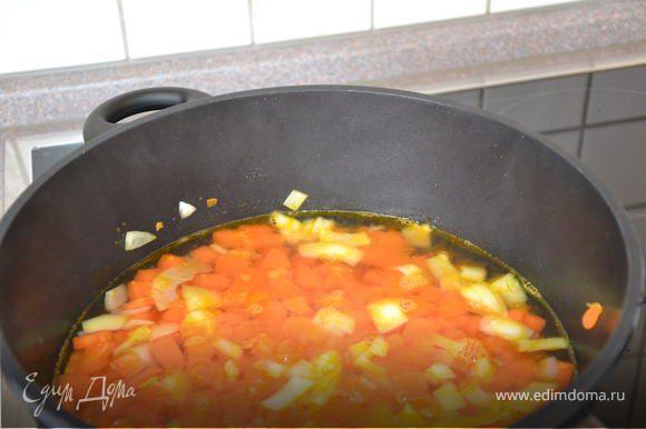 Добавить горячий овощной бульон и варить ок. 15 минут. За 2-3 минуты до окончания варки добавить курагу.