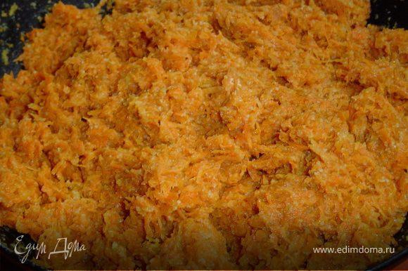 Морковь трем на мелкой терке, выкладываем на горячую сковороду, добавляем манку и 2 ст.л. воды, накрываем крышкой и тушим на медленном огне до готовности и даем остыть. Очищаем яблоки и нарезаем мелкими кубиками. Изюм заливаем горячей водой на 5-10 минут, затем отцеживаем и обсушиваем. Так же нарезаем кубиками курагу. Все ингредиенты смешиваем, добавляем сахар, ванилин и тушим на растительном масле в сковороде до мягкости яблок. Когда все готово приступаем к изготовлению котлет. Для этого формируем из морковно-манной основы шарики, в середину которых добавляем фруктовую начинку и формируем котлетки, затем обваливаем их в муке и обжариваем на растительном масле. Приятного аппетита!