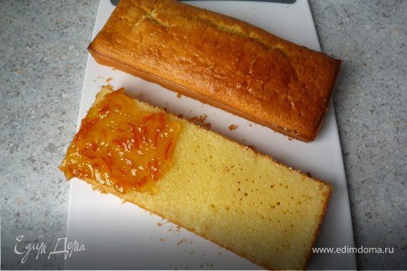 Мармелад разогреть в кастрюле. Пирог разрезать по горизонтали напополам. Намазать равномерно мармелад на основу пирога.