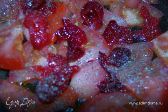 Приготовим заливку, припустив немного помидоры (можно заменить на томатную пасту), жменьку кизила, добавив сюда соль,немного сахара, перец и специи.
