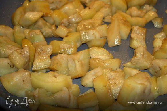 Разогреваем на сильном огне 4 ст. л масла, обжариваем баклажаны до золотистой корочки и выкладываем их из сковороды.