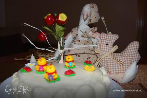 Под их чутким руководством расставляем сахарные фигурки-украшалки. Ведь желание именинника важнее всего!
