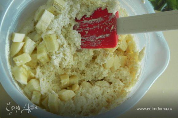 Нарезаем банан и добавляем в приготовленную массу.