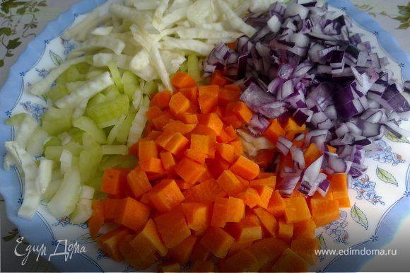 Все овощи (кроме картофеля) мелко режем. Морковь - кубиками.
