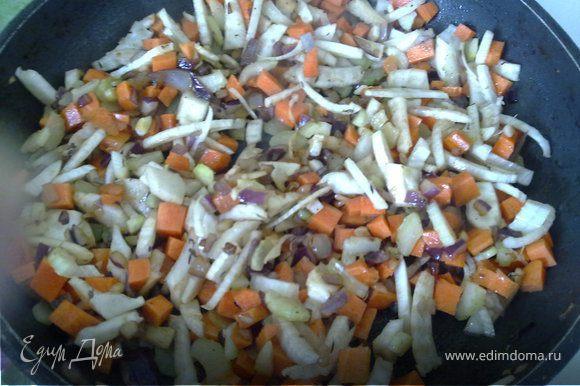 В этой же кастрюле (или форме для тушения с толстым дном) жарим мелко рубленный лук и чеснок до румяности, потом кидаем сельдерей, затем фенхель и морковь. Обжариваем все на сильном огне помешивая минут пять.