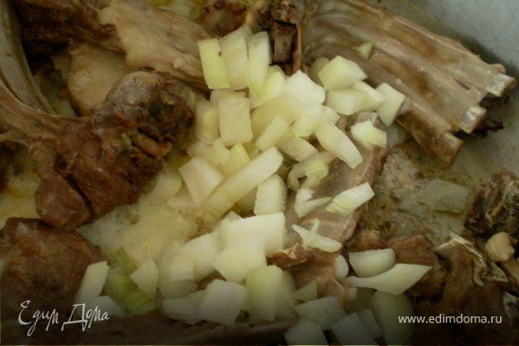 Добавить мелко нарезанный лук,соль,топ/масло.