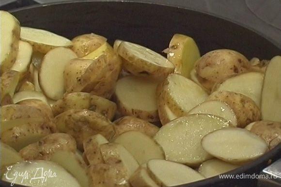 Выложить в сковороду картошку и жарить минут 5−7.