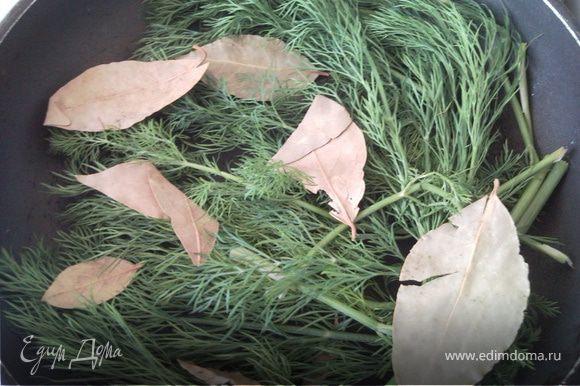 На глиняную сковороду положить листья лавровишни и сделать подушку из зелени.
