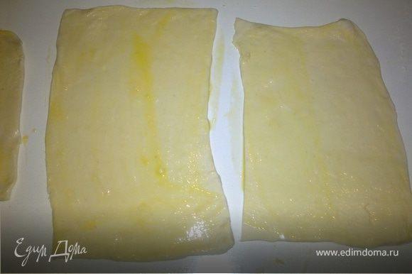 Взбить один желток венчиком и смазать кулинарной кисточкой прямоугольники из теста.
