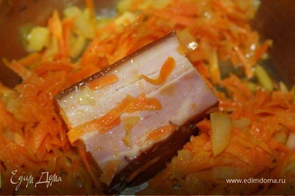 в кастрюле глубоким дном присеруем лук и морковь добавляем грудинку и обжариваем 5-7 минут.