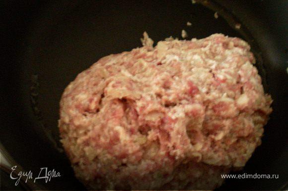 мясо и лук пропустить через мясорубку.перемешать руками. Готовый фарш выложить на сковородку .