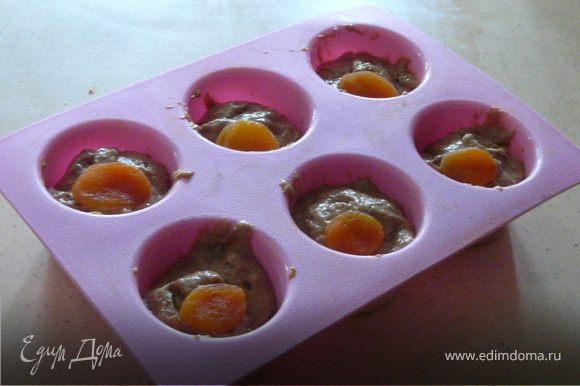 Разогреть духовку до 160С. Соединить мокрые ингредиенты, добавить в них сухие и помесить хорошо минуту. Разделить тесто на 6 форм и выпечь 25 минут. Остудить.